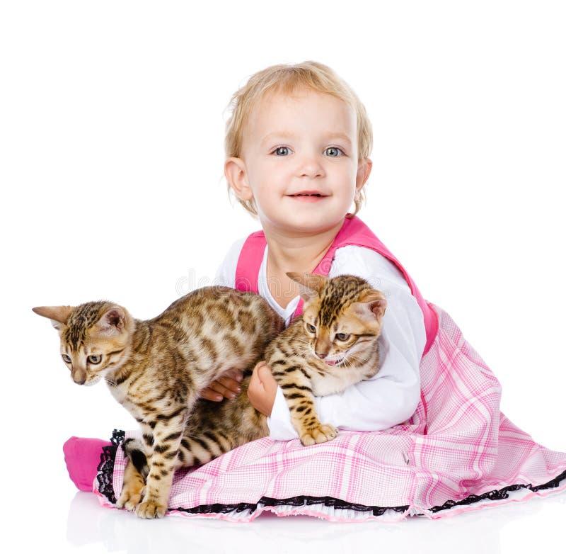 Liten flicka som rymmer två katter På vitbakgrund arkivbilder