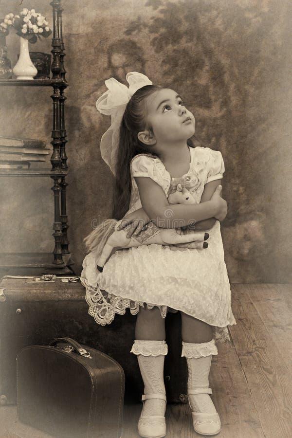 Liten flicka som ser bort i tanke royaltyfria foton