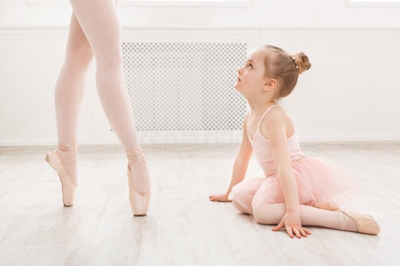 Liten flicka som ser den yrkesmässiga balettdansören royaltyfri fotografi
