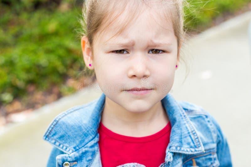 Liten flicka som ser tokig fotografering för bildbyråer
