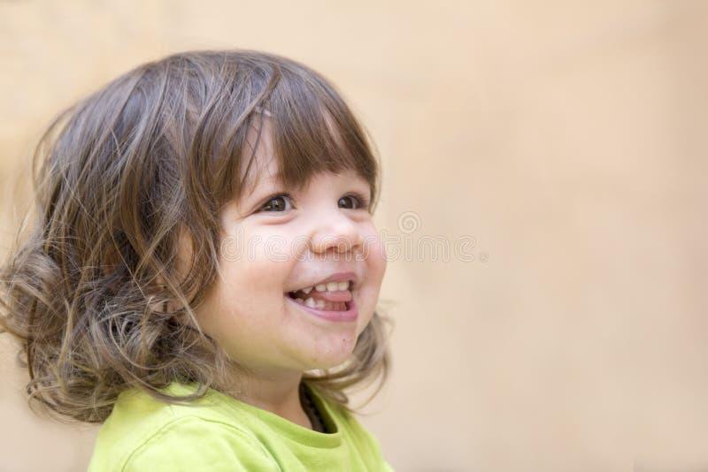 Liten flicka som skrattar closeupen arkivfoton