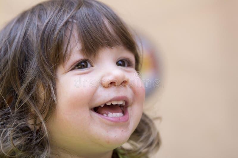 Liten flicka som skrattar closeupen arkivfoto