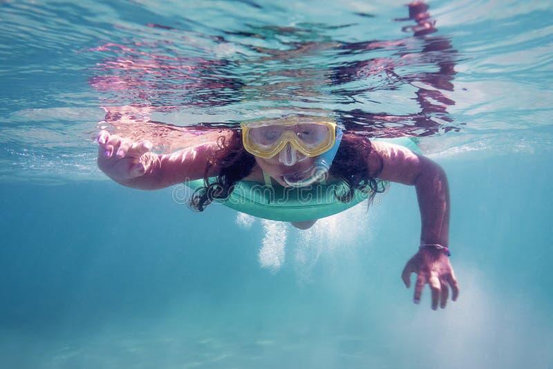 Liten flicka som snorklar på havet royaltyfri foto