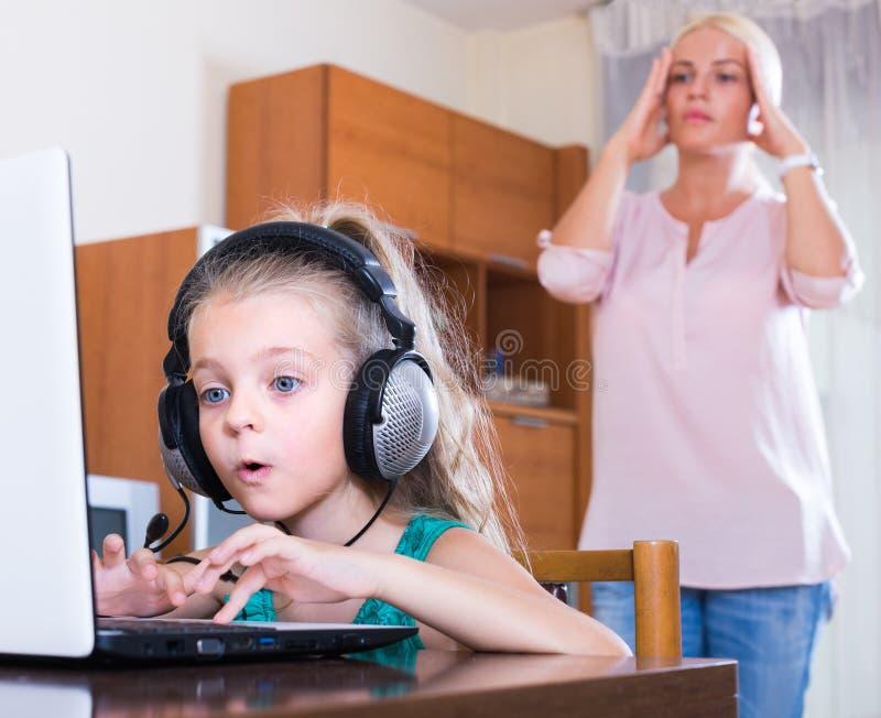 Liten flicka som spelar dataspelen royaltyfria foton