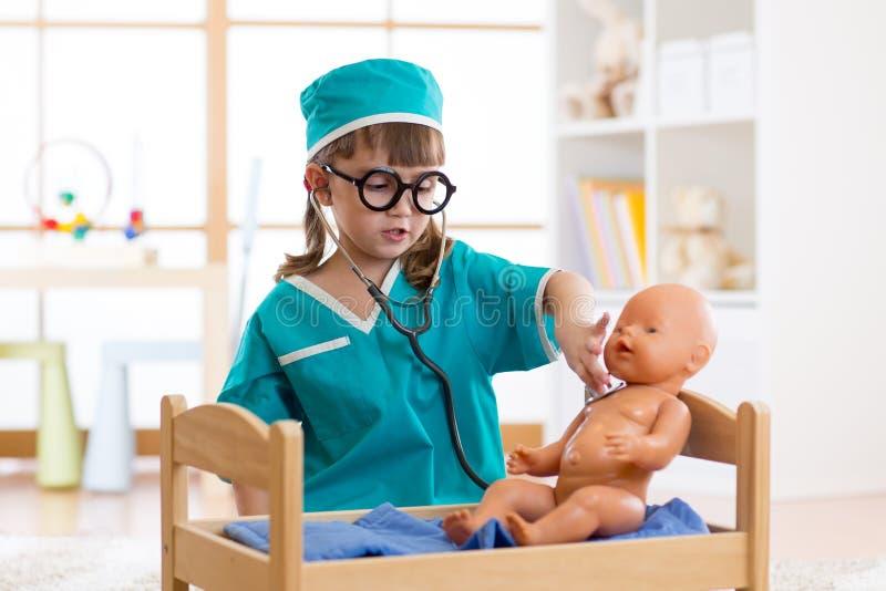 Liten flicka som spelar doktorn i playschool royaltyfri foto