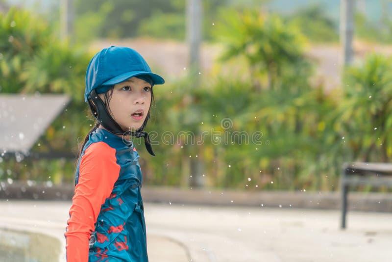 Liten flicka som spelar, i att simma den utbildande pölen arkivbilder