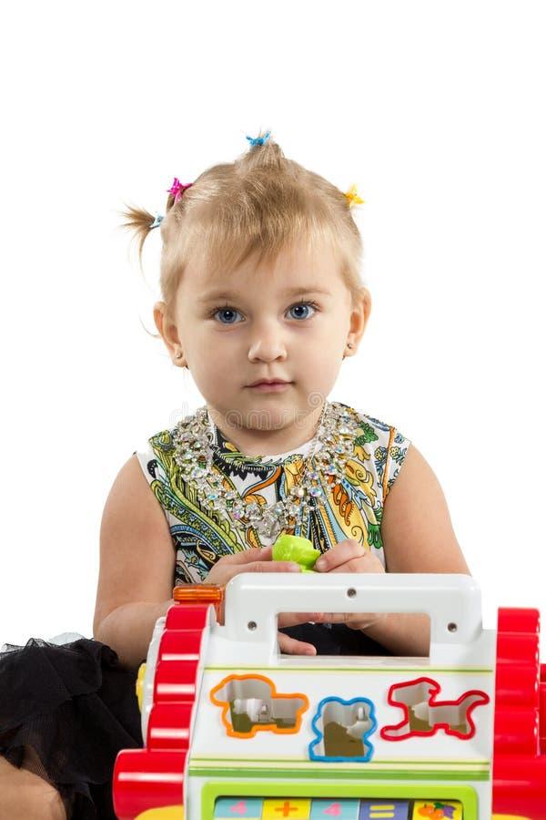 Liten flicka som spelar i pusslet arkivfoton