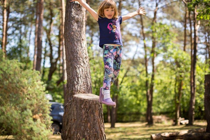 Liten flicka som spelar i skogen fotografering för bildbyråer