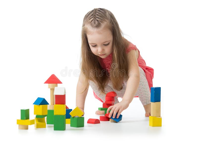 Liten flicka som spelar leksaken som isoleras på vit bakgrund arkivbild