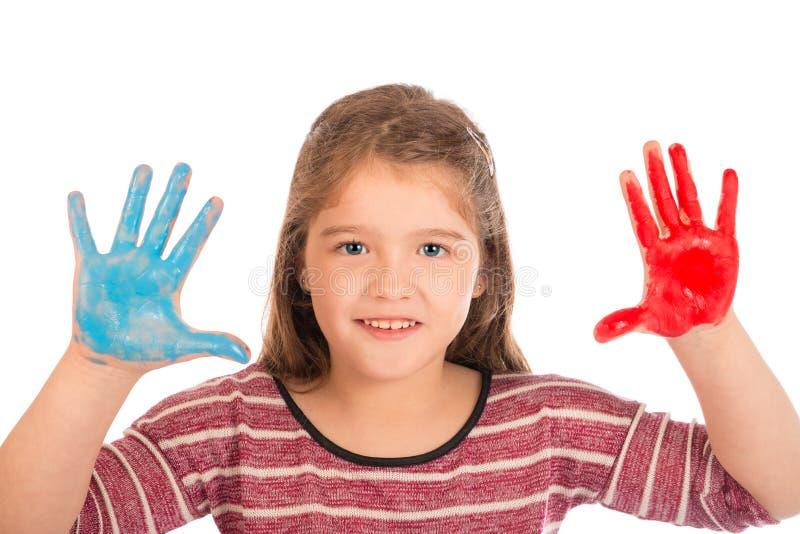 Liten flicka som spelar med målarfärg royaltyfria bilder