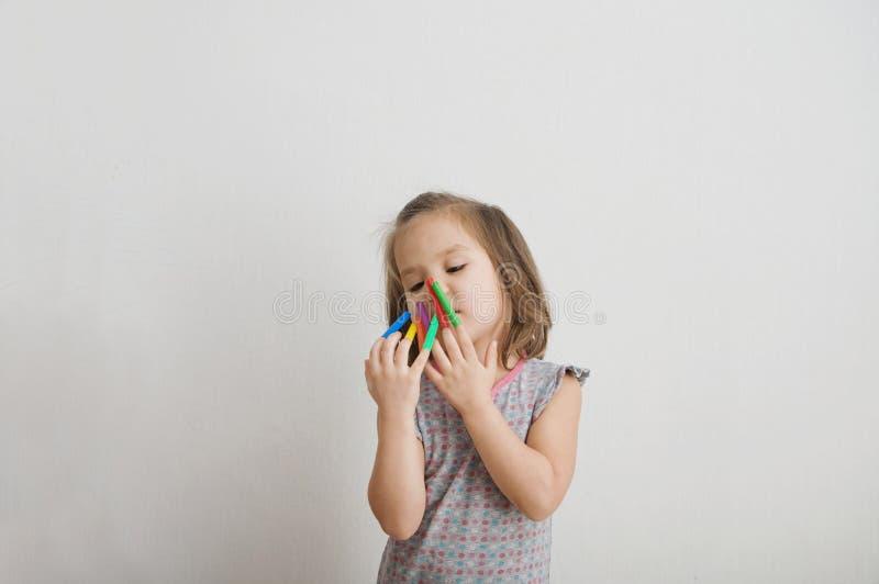 Liten flicka som spelar med material för pennor för filtspets behandla som ett barn målning och att spela för flicka färgrika klä arkivbilder