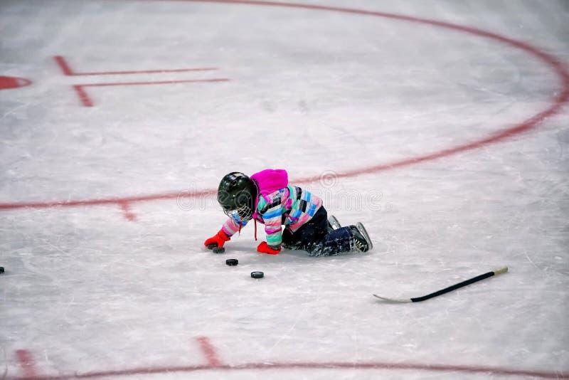 Download Liten Flicka Som Spelar Med Puckar I Hockeyisbana Arkivfoto - Bild av skyddande, spelare: 106827008