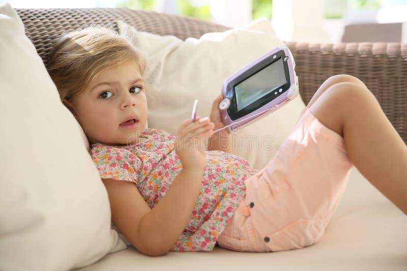 Liten flicka som spelar på en minnestavla royaltyfri fotografi
