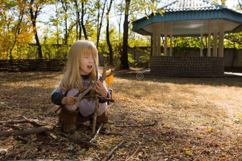 Liten flicka som spelar på en picknickplats arkivfoton