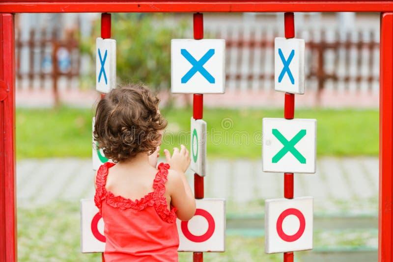 Liten flicka som spelar på lekplatsen arkivbilder