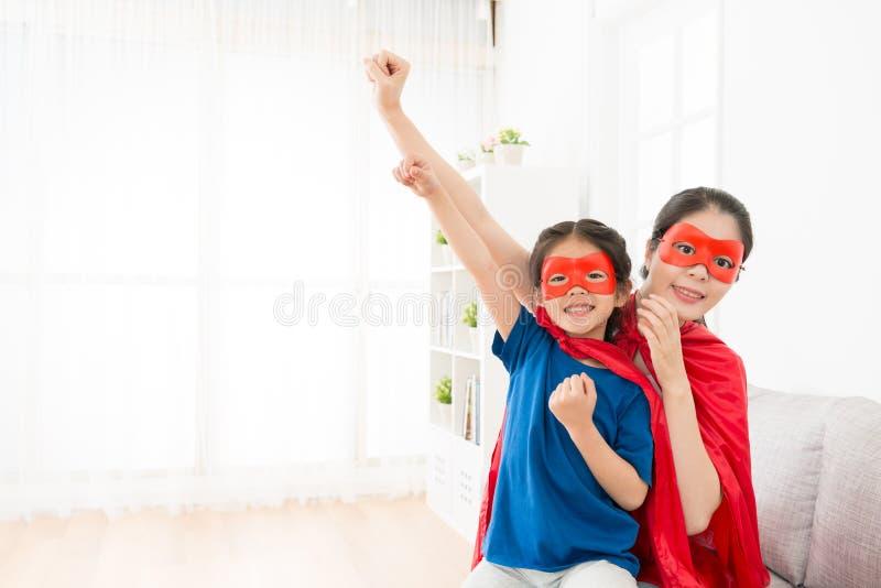 Liten flicka som spelar som superhero med barnmodern royaltyfri bild