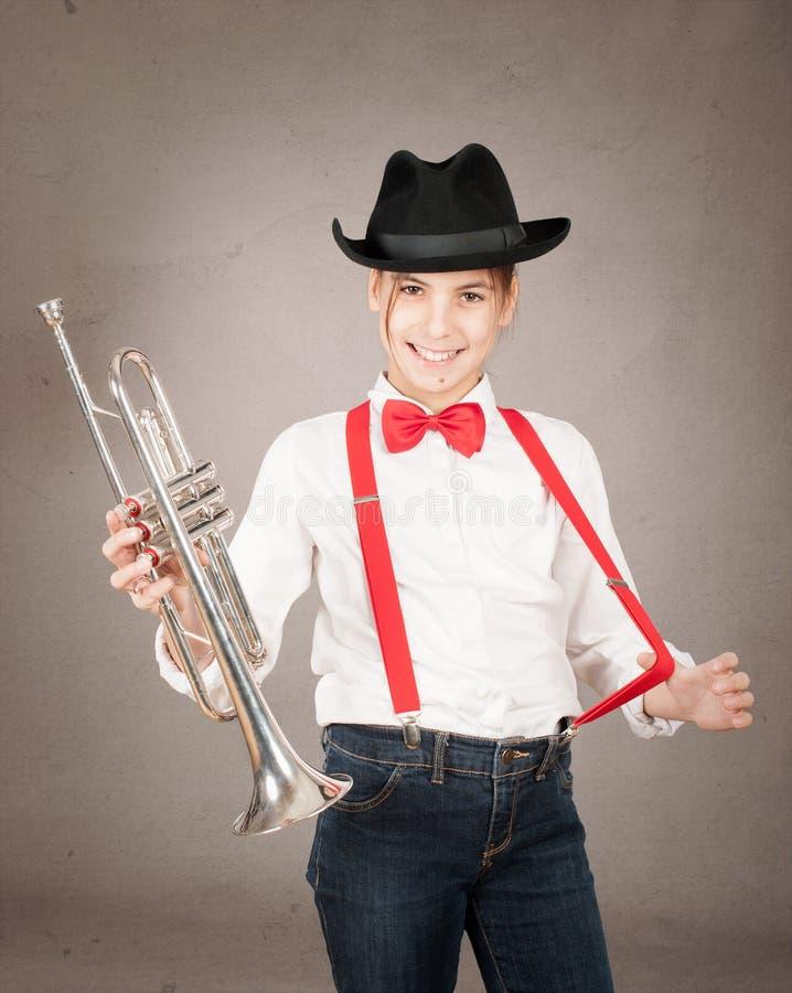 Liten flicka som spelar trumpeten royaltyfria foton