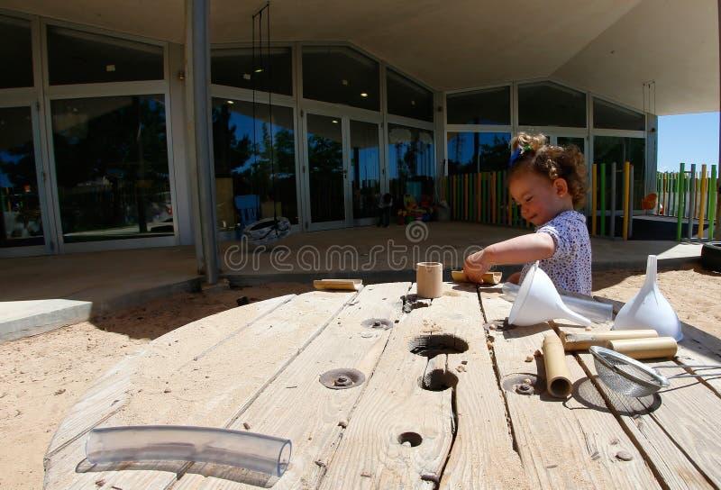 Liten flicka som spelar under avbrottstid på dagiset i Mallorca royaltyfria foton