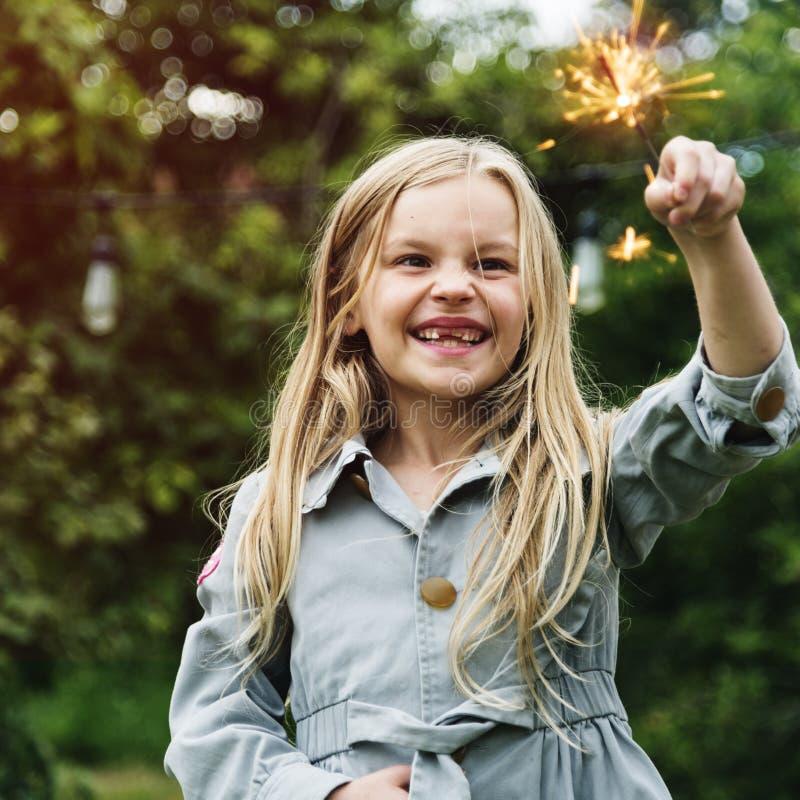 Liten flicka som utomhus spelar begrepp arkivbild