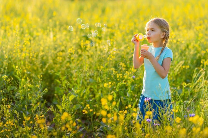 Liten flicka som utomhus tycker om helg arkivfoto