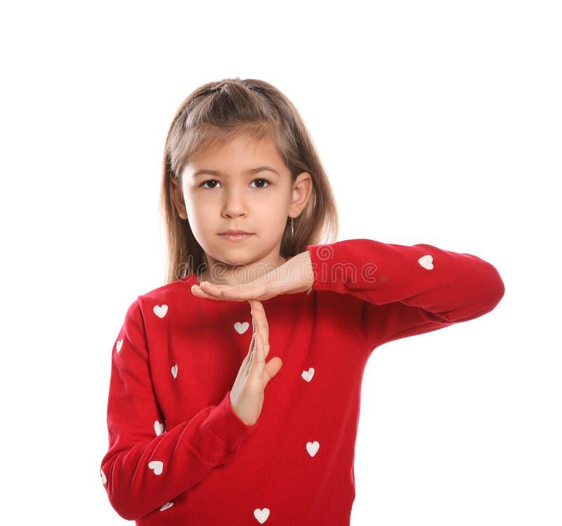 Liten flicka som visar TIME OUTgest i teckenspråk på vit royaltyfri foto