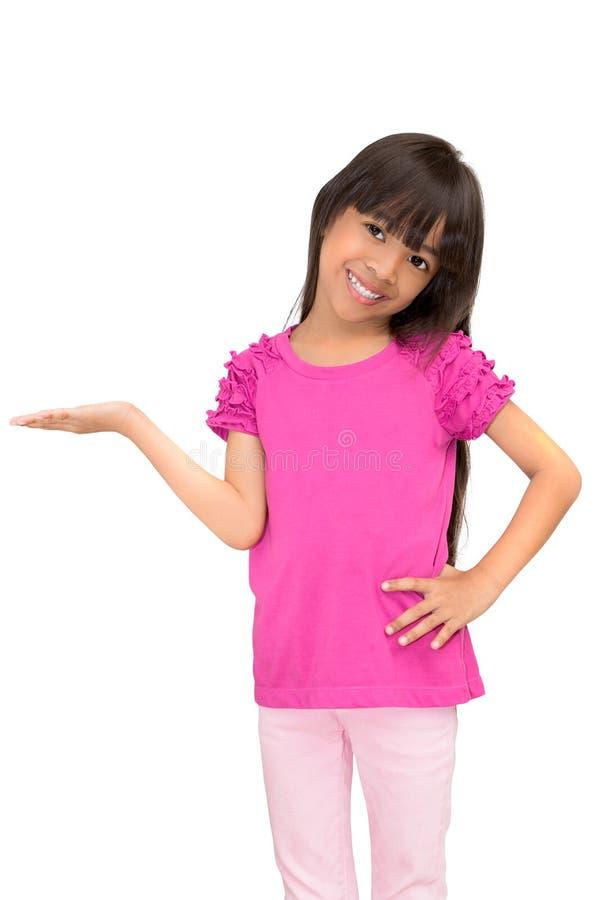 Liten flicka som visar tom copyspace på handen arkivfoton