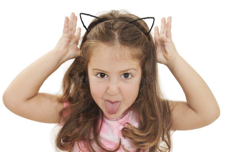 Liten flicka som visar tungan royaltyfri bild