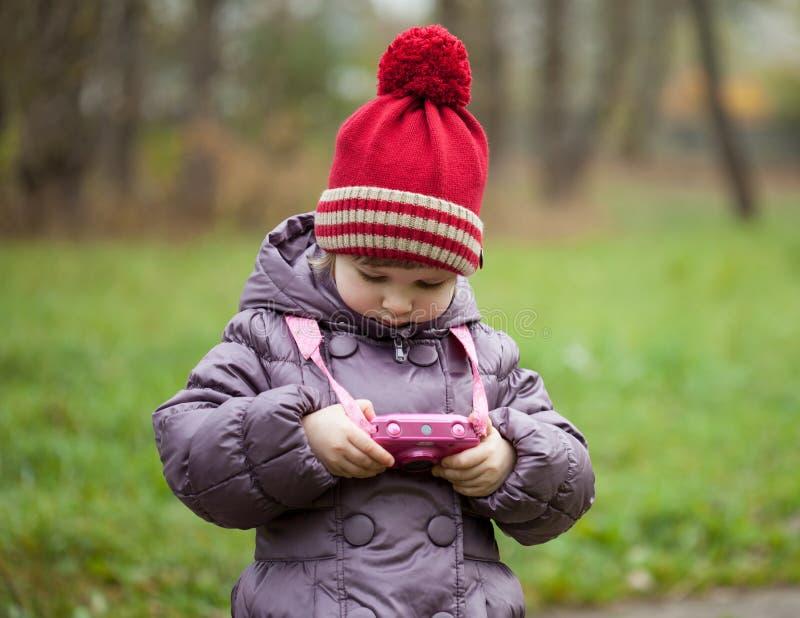 Download Liten flicka tar bilder fotografering för bildbyråer. Bild av litet - 27285071