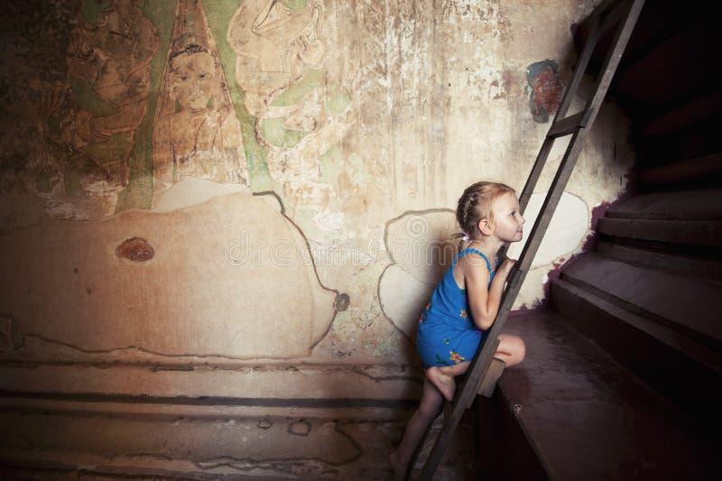 Liten flicka (turist) i det Bagan tempelet, Burma. arkivbild