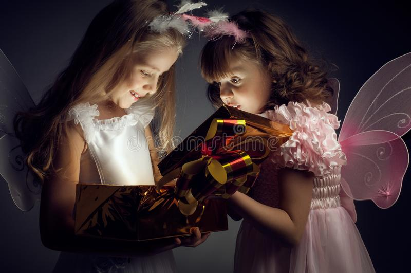 Liten flicka två med gåvan arkivbilder