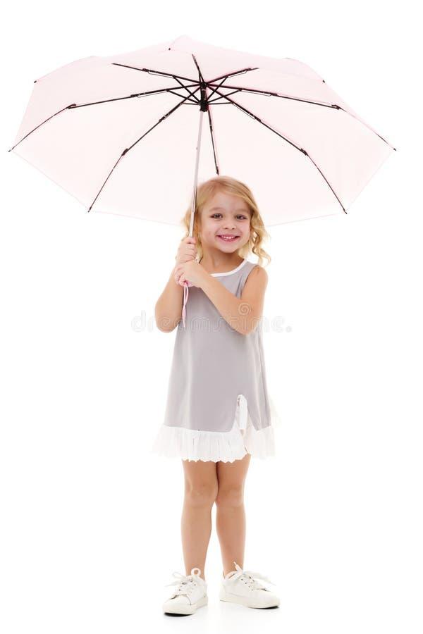 Liten flicka under ett paraply royaltyfri bild