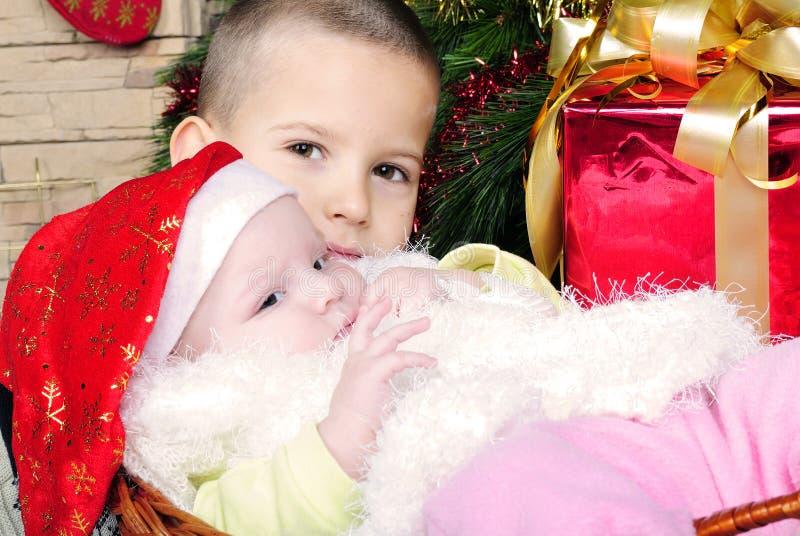 Liten flicka under julgranen arkivbilder