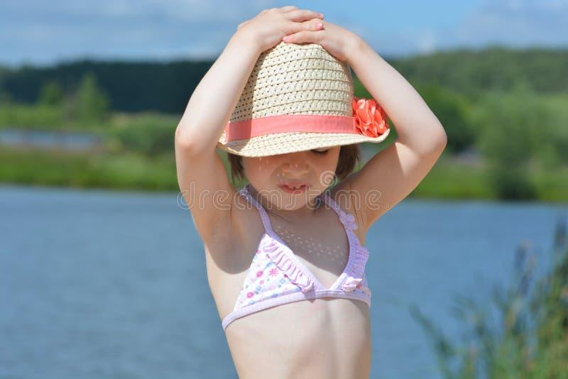 Liten flicka vid floden royaltyfria foton