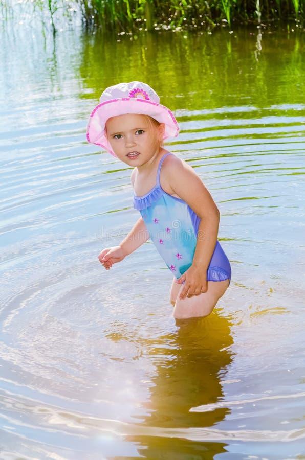 Liten flickaanseende i vattnet arkivbild