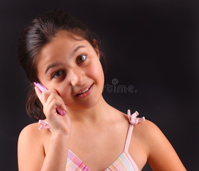 Liten flickaappeller med den rosa cellen arkivfoto