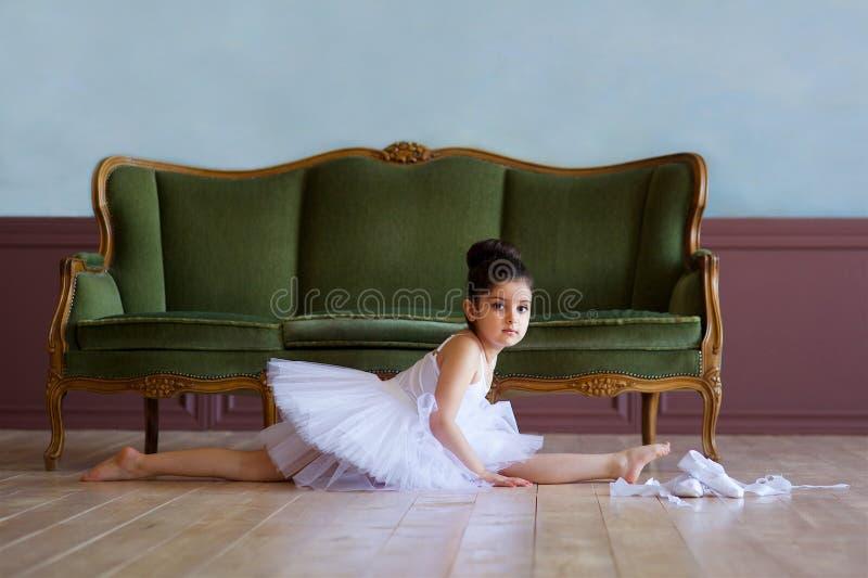 Liten flickaballerina i den vita ballerinakjolen royaltyfri fotografi