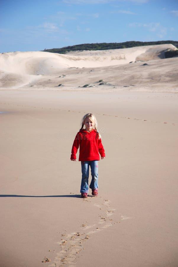 Liten flickabarn på stranden arkivfoton
