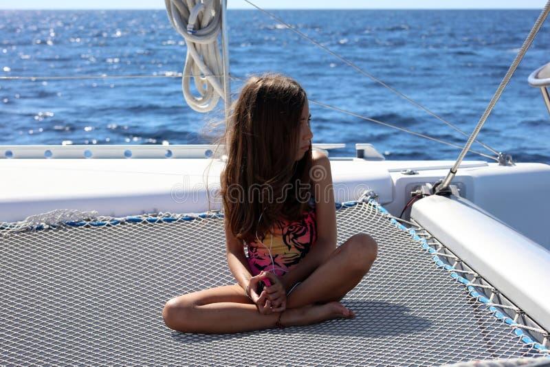 Liten flickabarn som seglar i katamaran på Los Cabos Mexico royaltyfria bilder