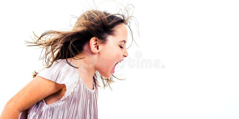 Liten flickabarn som skriker, ropar och skriker med d?liga s?tt fotografering för bildbyråer