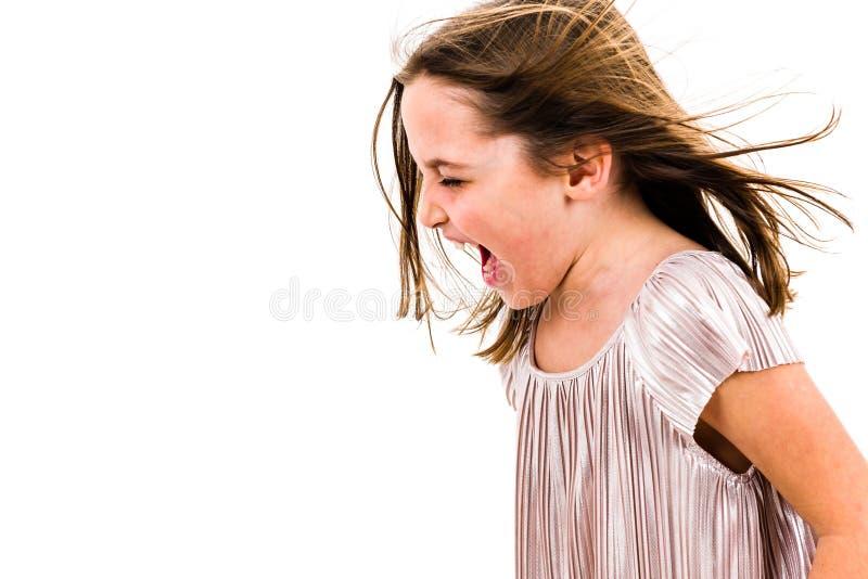 Liten flickabarn som skriker, ropar och skriker med d?liga s?tt arkivfoto