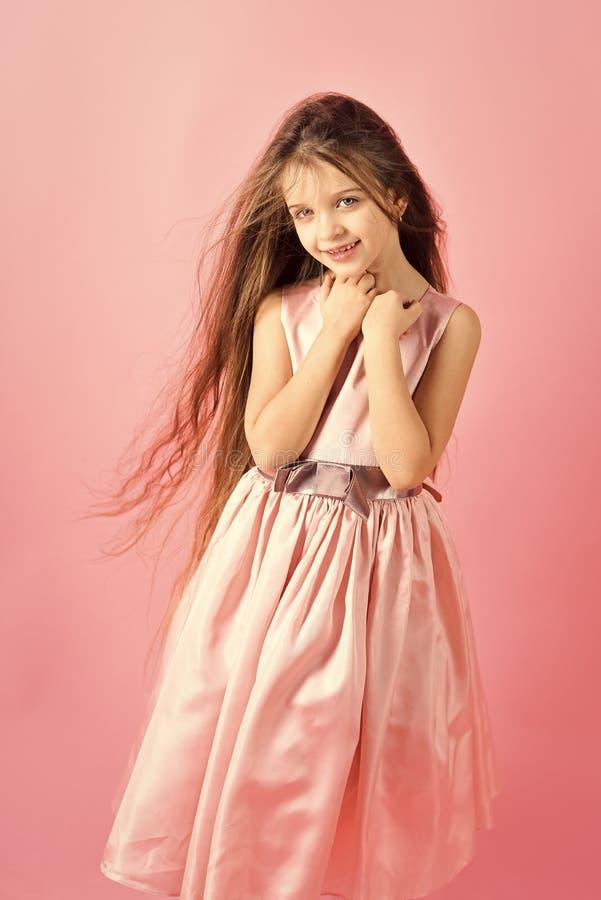 Liten flickabarnmodell i härlig klänning arkivbild
