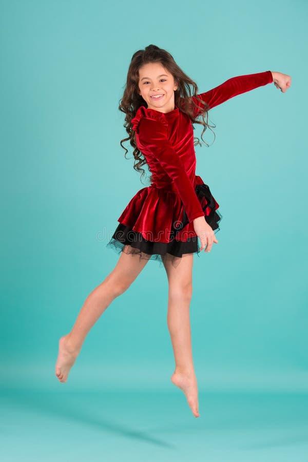 Liten flickadansaren hoppar på blå bakgrund royaltyfria bilder