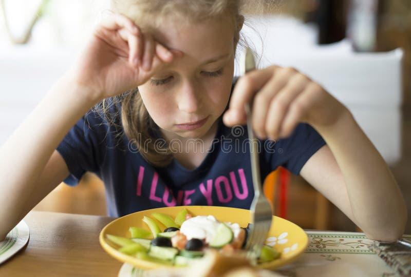 Liten flickadon& x27; t önskar att äta royaltyfri bild