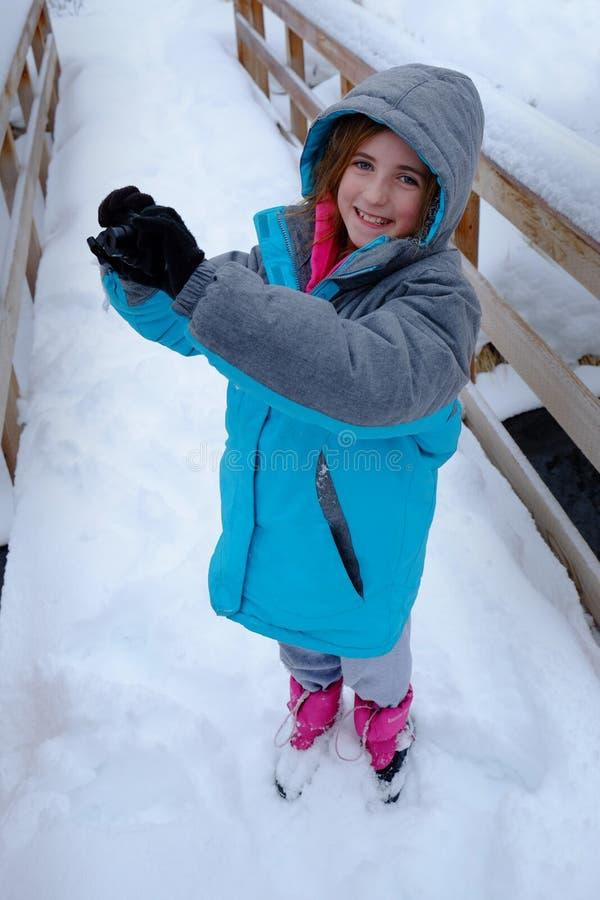 Liten flickafotograf Photography i vintersnö arkivbild