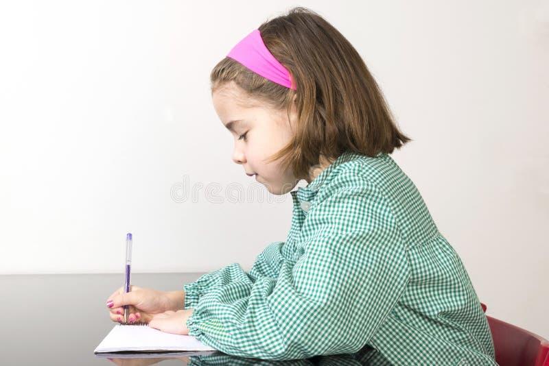 Liten flickahandstil i en anteckningsbok arkivbilder