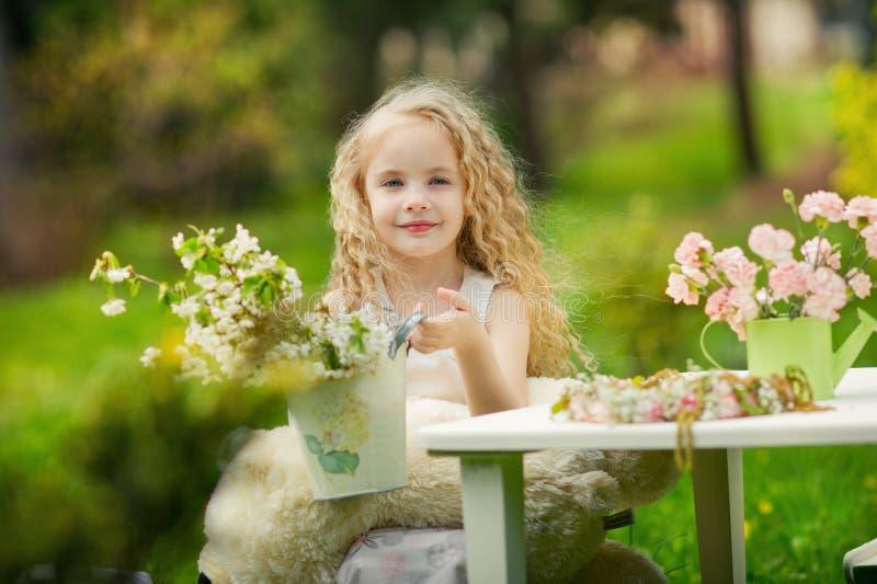 Liten flickahjälp med gardeding arkivfoto
