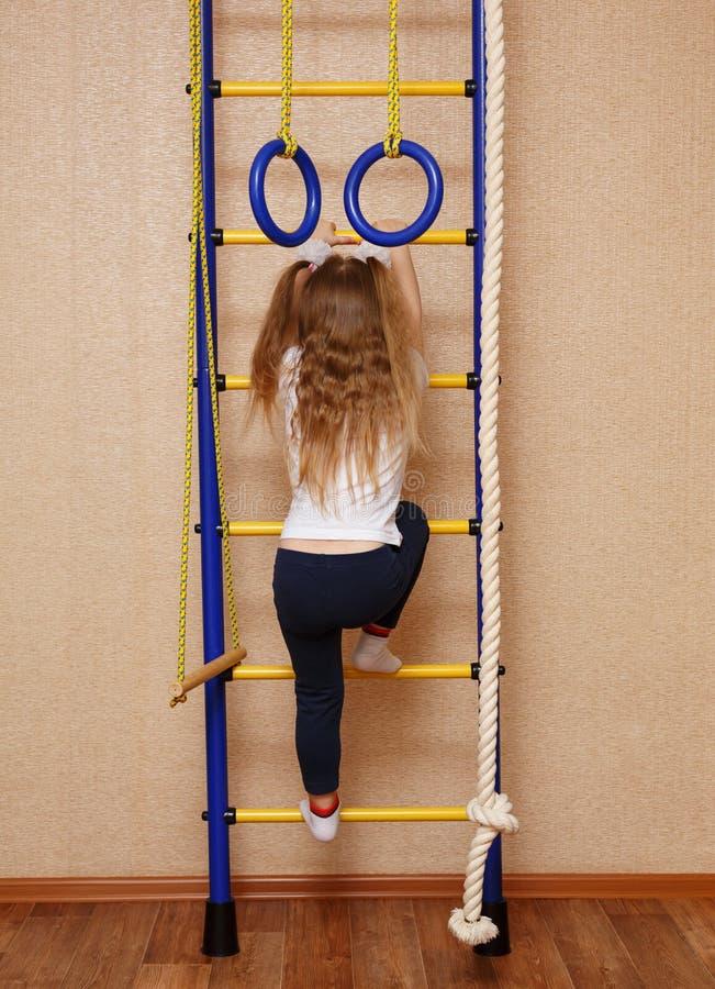 Liten flickaidrottskvinna arkivfoto