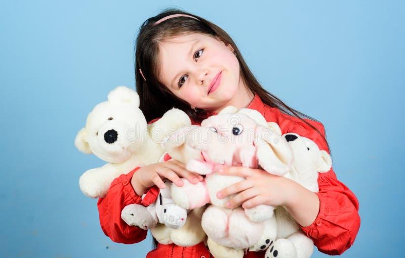 Liten flickalek med den mjuka leksaknallebj?rnen s?t barndom Samla leksakerhobby Hysa minnen av barndom royaltyfria bilder