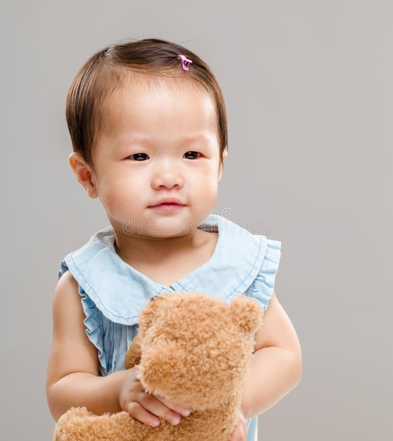 Liten flickalek med dockan arkivbild