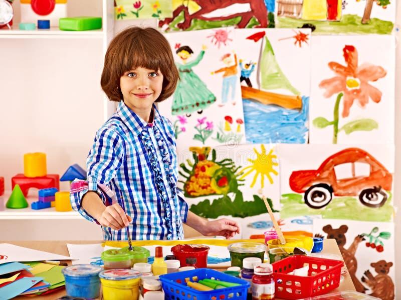 Liten flickamålning på skolan. fotografering för bildbyråer